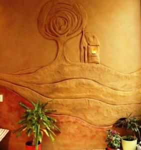 Hlinený interiér hosťovskej izby/ Štefanová