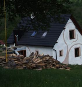 Exteriér slameno-vápenného domčeka Hrabičov/Žarnovica